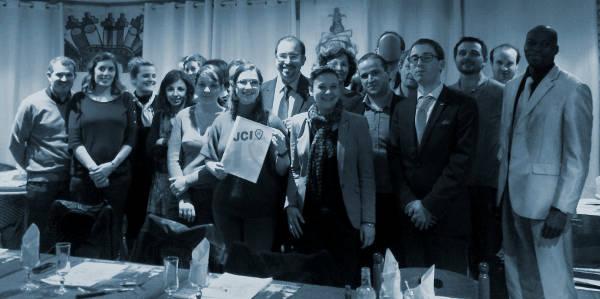 Photo de groupe lors d'une AG (assemblée générale) de la Jeune Chambre Economique (JCE) de Beauvais